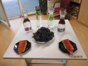Wasser mit Geschmack und frisches Obst